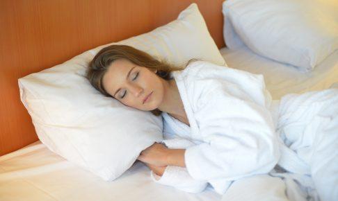 大きい枕で眠る女性