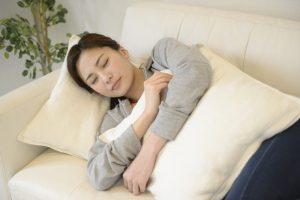 ソファーで昼寝をする女性